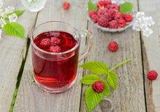 Kallt te med hallonet fotografering för bildbyråer