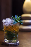 Kallt te, uppfriskande coctail för krossad is med mintkaramellen Fotografering för Bildbyråer