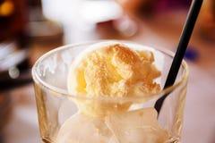 Kallt uppfriskande grekFrappe kaffe som är förberett med ett jordklot av Vanilla Ice kräm royaltyfria bilder