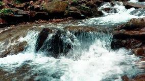 Kallt v?rvatten f?r kristall som fl?dar till och med stenen Bergliten vik stock video
