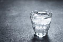 Kallt vatten i exponeringsglaset arkivfoto