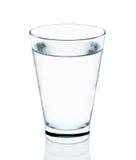 Kallt vatten med exponeringsglas som isoleras på den vita bakgrunden arkivfoton