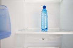 Kallt vatten på en bordlägga i kylen Arkivfoto