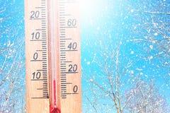 Kallt vinterväder - 10 grader celsiust Termometern i frostigt väder för vinter i snön visar låga temperaturer - negativ tio lågt royaltyfri foto