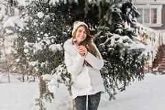 Kallt vinterväder i stad och rolig fantastisk tyckt om flicka med lollypop på fri trädbakgrund Varm kläder som är lycklig fotografering för bildbyråer