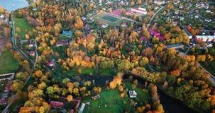 Kalm Autumn Evening View Over Small-Stadscentrum in van het Noord- oosten Europa met heel wat Bomen in Dalingskleuren stock videobeelden