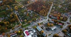 Kalm Autumn Evening View Over Small-Stadscentrum in van het Noord- oosten Europa met heel wat Bomen in Dalingskleuren stock video