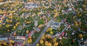 Kalm Autumn Evening View Over Small-Stadscentrum in van het Noord- oosten Europa met heel wat Bomen in Dalingskleuren stock footage