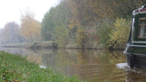 Kalm die rivierwater door naderbij komende boot wordt gestoord stock video