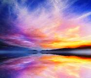 Kalm Dramatisch Landschap Het Meerbezinning van zonsondergangkleuren Stock Fotografie