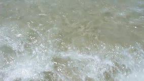 Kalm getijde in langzame motie Golven op het strand Floripa, Brazilië stock videobeelden
