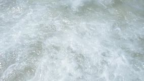 Kalm getijde in langzame motie Golven op het strand Floripa, Brazilië stock video