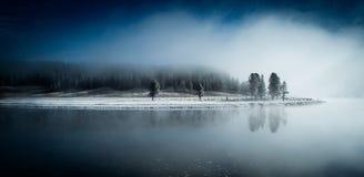 Kalm ijzig meer in een mistige de winterochtend Stock Afbeeldingen