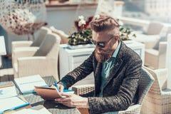 Kalm mannetje die nota's in notitieboekje buiten maken stock foto's
