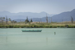 Kalm meer met vissersboten Zoet waterlagune in Estany DE cullera Valencia, Spanje Royalty-vrije Stock Afbeelding