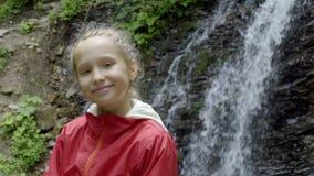 Kalm meisje die camera in bos bekijken stock videobeelden