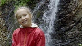 Kalm meisje die camera in bos bekijken stock video