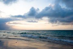 Kalm oceaan en strand op tropische zonsopgang stock fotografie