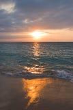 Kalm oceaan en strand op zonsopgang stock afbeeldingen