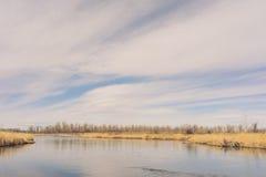 Kalm Rivierwater met Grote Hemel Royalty-vrije Stock Afbeeldingen