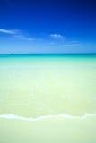 kalm strand met kristal blauwe wateren Stock Afbeelding