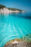 Kalm turkoois azuurblauw smaragdgroen water van Middellandse Zee dat door hoge witte rotsachtige klippen wordt omringd De vakanti royalty-vrije stock afbeelding