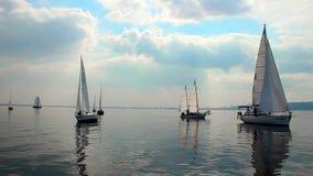 Kalm weer op overzees, het rennen jachtenbeweging elegant door water stock video