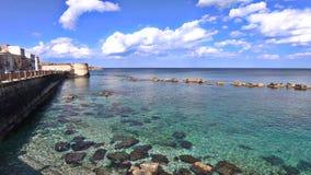 Kalm zeewater die op de kust van Siciliaans Syracuse, Italië verpletteren stock videobeelden