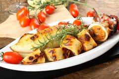 Kalmar angefüllt mit Brotkrumen und -tomaten stockbild