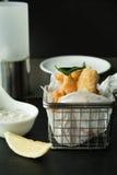 Kalmar und Chips auf einem Korb stockbild