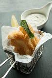 Kalmar und Chips auf einem Korb stockfotografie