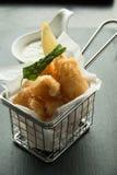 Kalmar und Chips auf einem Korb lizenzfreie stockbilder