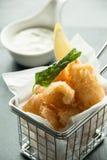 Kalmar und Chips auf einem Korb stockbilder