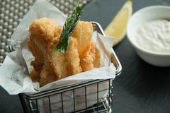 Kalmar und Chips auf einem Korb lizenzfreie stockfotos