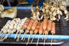 Kalmar und Würste auf BBQ Lizenzfreies Stockfoto