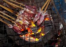 Kalmare auf Grill Stockbild