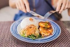 Kalmargrill mit Reis Balineseküche Indonesien lizenzfreie stockfotos