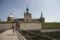 Kalmarkasteel met windlandbouwbedrijf royalty-vrije stock afbeeldingen
