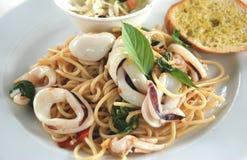 Kalmarspaghetti-Basilikumsoße Stockfotos