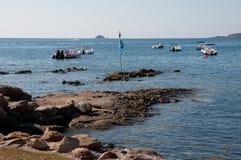 Kalme banner op steenachtig natuurlijk strand in Corsica Royalty-vrije Stock Fotografie