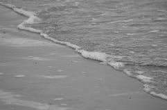 Kalme brekende golven op de oever Stock Foto