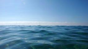 Kalme golven in het overzees stock foto's