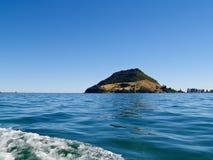 Kalme havenmening om Maunganui op te zetten. Stock Afbeeldingen