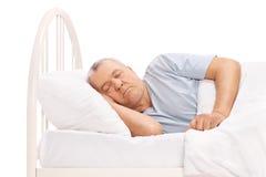 Kalme hogere mensenslaap in een bed Royalty-vrije Stock Fotografie
