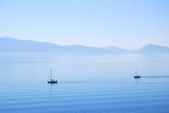 Kalme Ionische zeewaters met varende jachten Stock Afbeelding