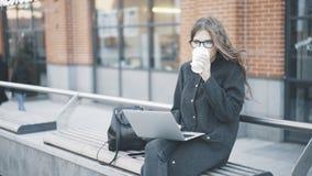 Kalme jonge onderneemster het drinken koffie buiten stock afbeelding