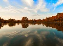 Kalme meer in de herfst zonsondergang stock fotografie