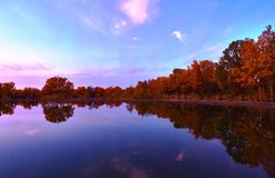 Kalme meer in de herfst zonsondergang stock afbeeldingen