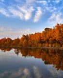 Kalme meer in de herfst zonsondergang royalty-vrije stock afbeeldingen