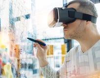 Kalme mens in virtuele werkelijkheidsglazen die en zich op het bord bevinden schrijven royalty-vrije stock afbeeldingen